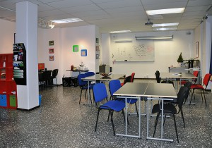 Undervisningslokalen hos KÖRebro är stor och rymlig.